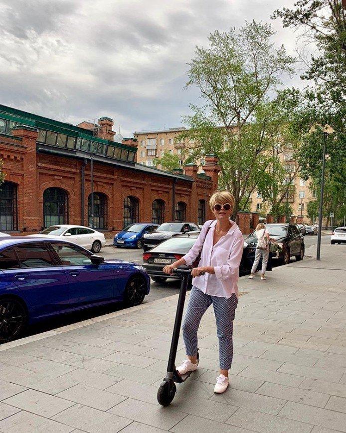 Юлия Меньшова проводит выходные, катаясь на самокате