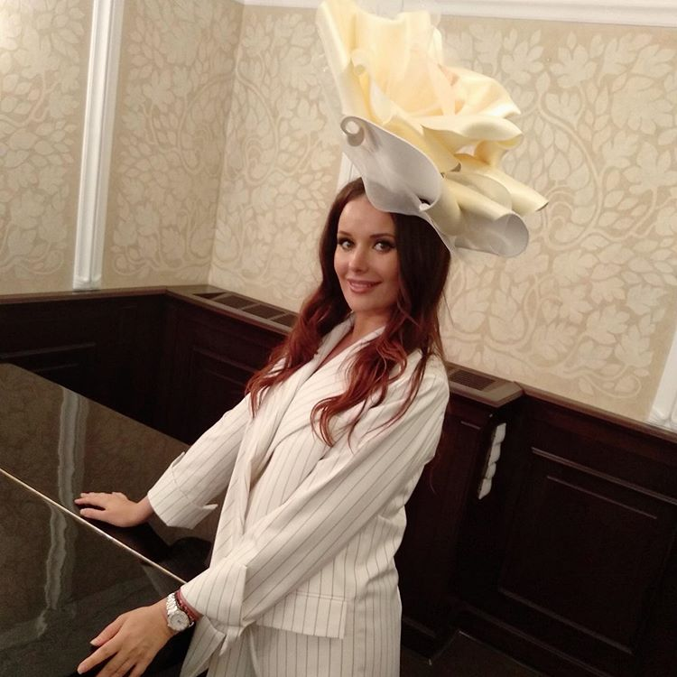 Оксана Федорова очаровала огромным цветком на платье
