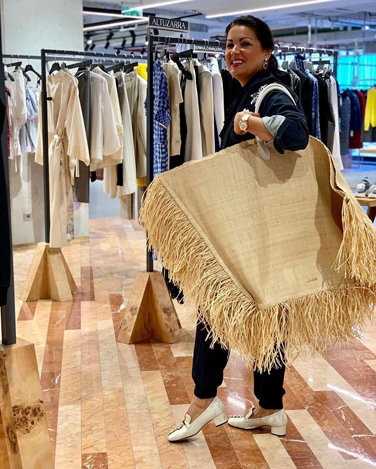 Точно все влезет! Анна Нетребко показала самую модную сумку для шопинга: Знаменитая певица прибыла в Москву и посетила главный магазин столицы — ЦУМ. Там звезда оперной сцены примерила оригинальную сумму их