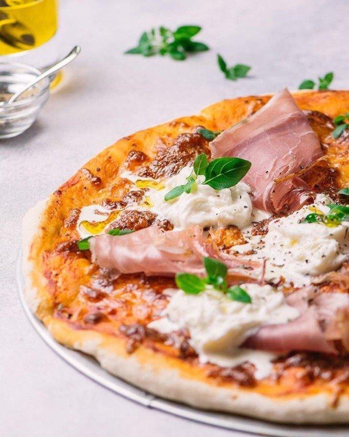 Италия дома: учимся готовить пиццу с прошутто и сыром страчателла