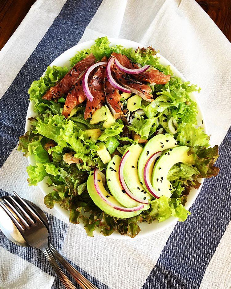 Вкусно и без вреда для талии: три рецепта полезных летних салатов