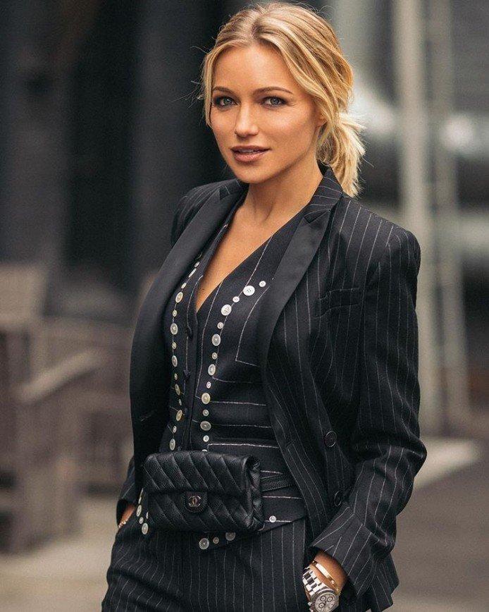 «Наряд для варьете»: Инна Маликова расстроила фанатов колготками в сетку