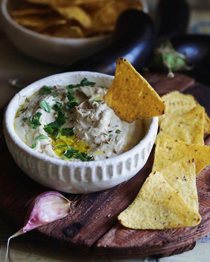Вместо хумуса: закуска из подкопченных баклажанов с кунжутом и чесноком