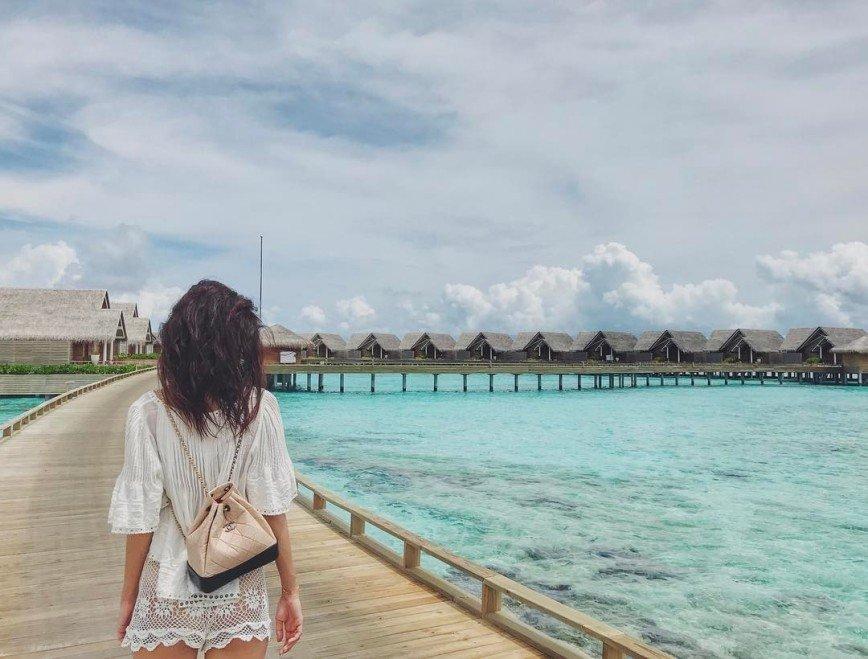 Равшана Куркова отчаянно модничает на Мальдивах