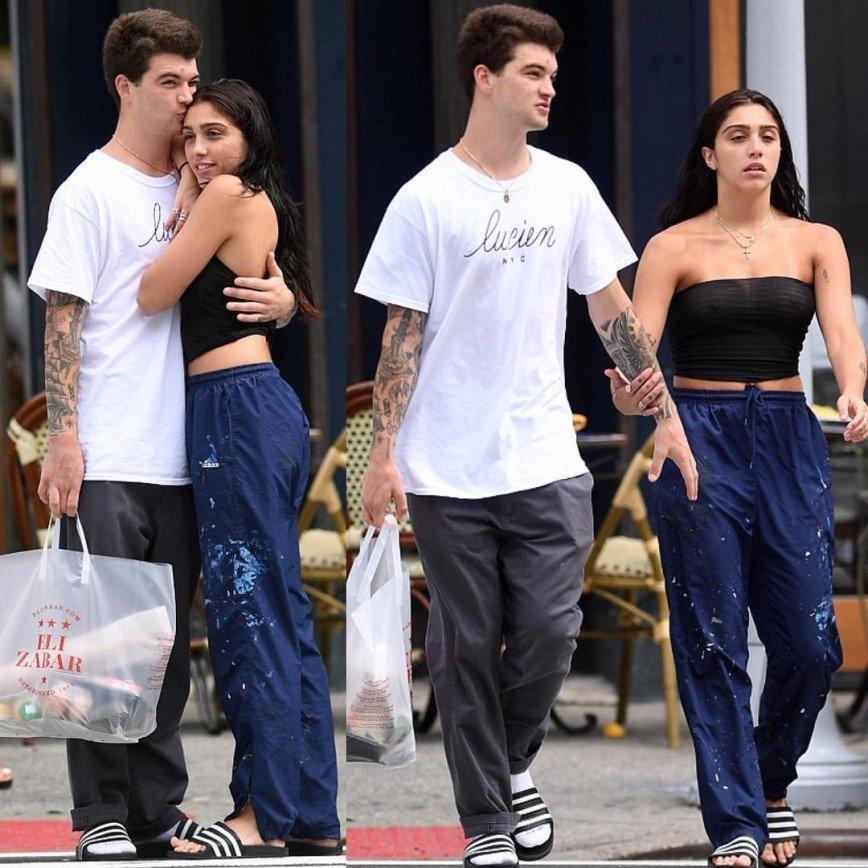 Дочь Мадонны гуляет по городу в резиновых сланцах