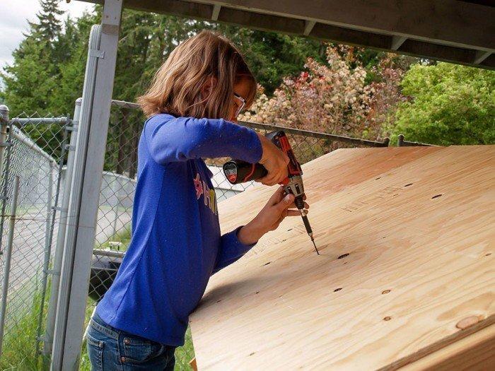 Девочка строит дома и выращивает овощи для бездомных