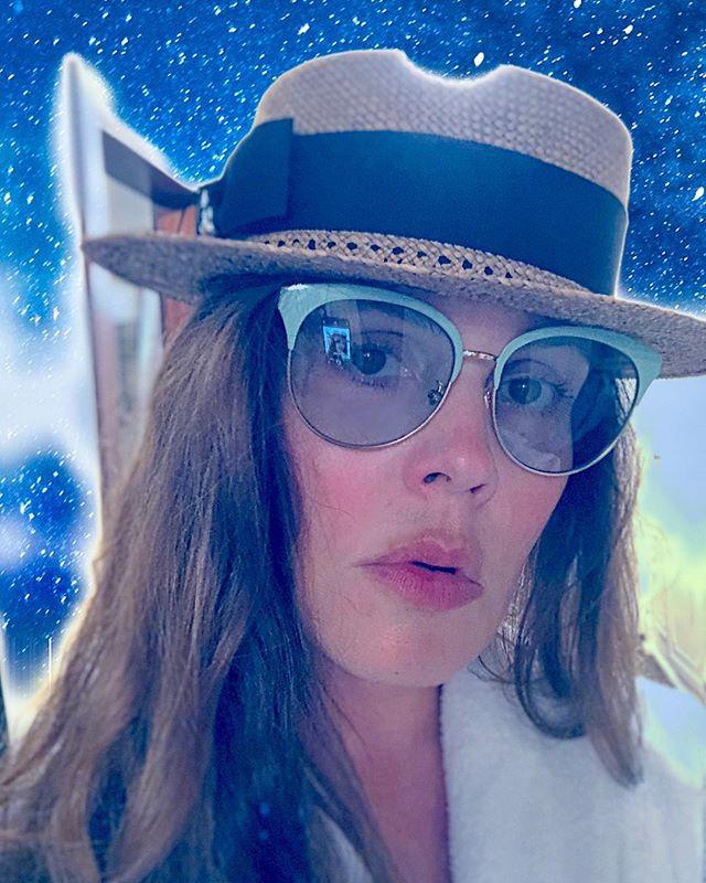 Размер имеет значение: как Екатерина Андреева выбирает шляпу