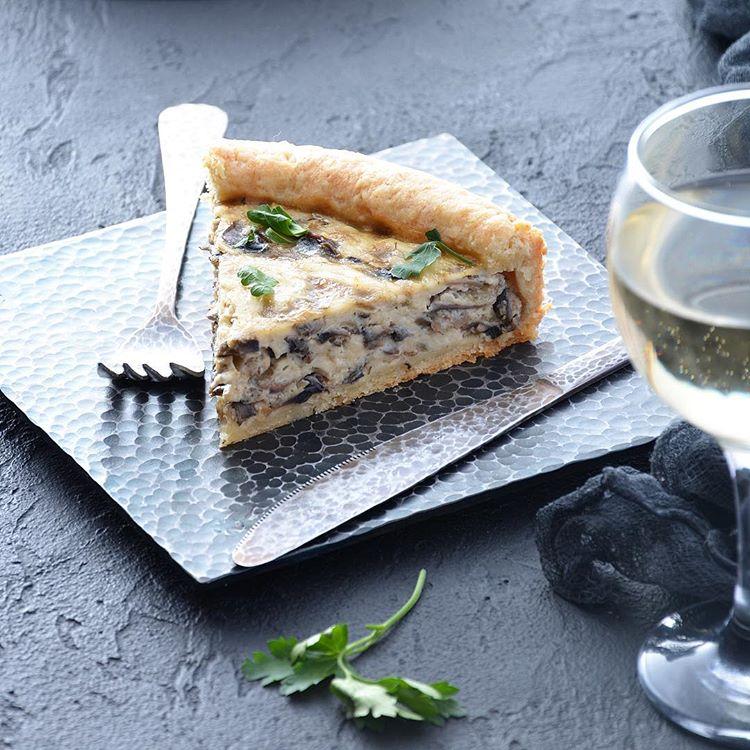 Нежный пирог с начинкой из сыра и шампиньонов