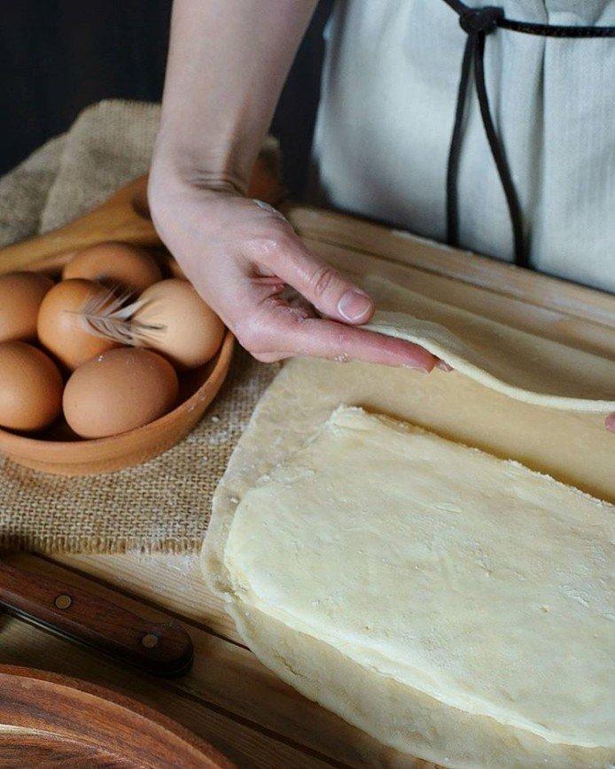 Закрытый мясной пирог на домашнем слоеном тесте