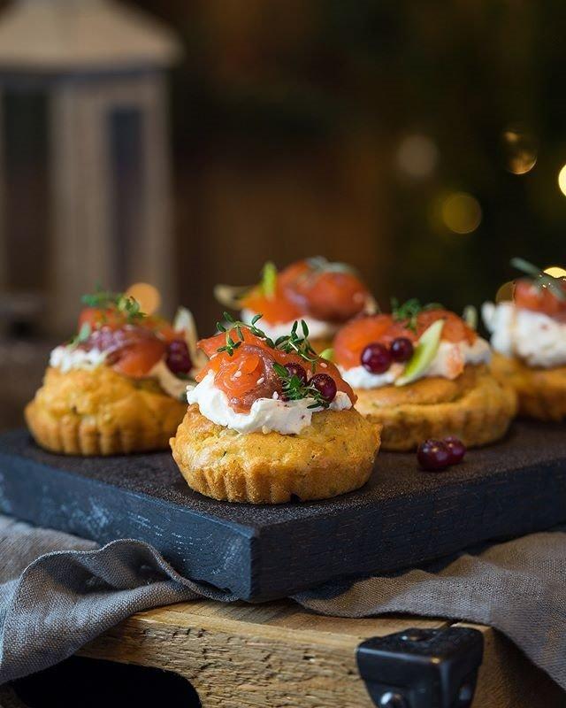 Закусочные кексы со сливочным сыром и рыбой к новогоднему столу