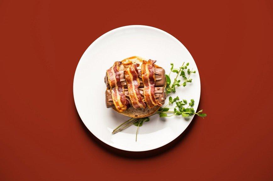 """Еда для двоих: что едят беременные женщины: [b]Беконово-марсовый бургер[/b]  [b]Ингредиенты:[/b]  батончик """"Марс"""" 2 шт.  бекон 3 полоски  булочка 1 шт.  масло"""