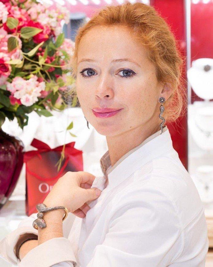 Роды не помеха: 42-летняя Елена Захарова показала отличную фигуру
