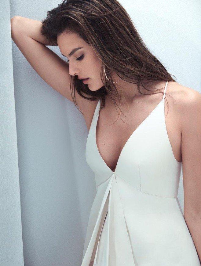 Белое ей к лицу: Алессандра Амбросио позирует для глянца