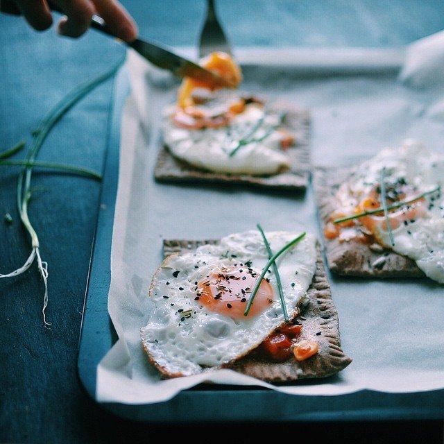 Бутерброды с яйцом: [b]Ингредиенты:[/b]  [i][b]Тесто (на 8 порций примерно): [/b][/i]  1,5 стакана теплой воды  0,5 стакана льняной муки  3