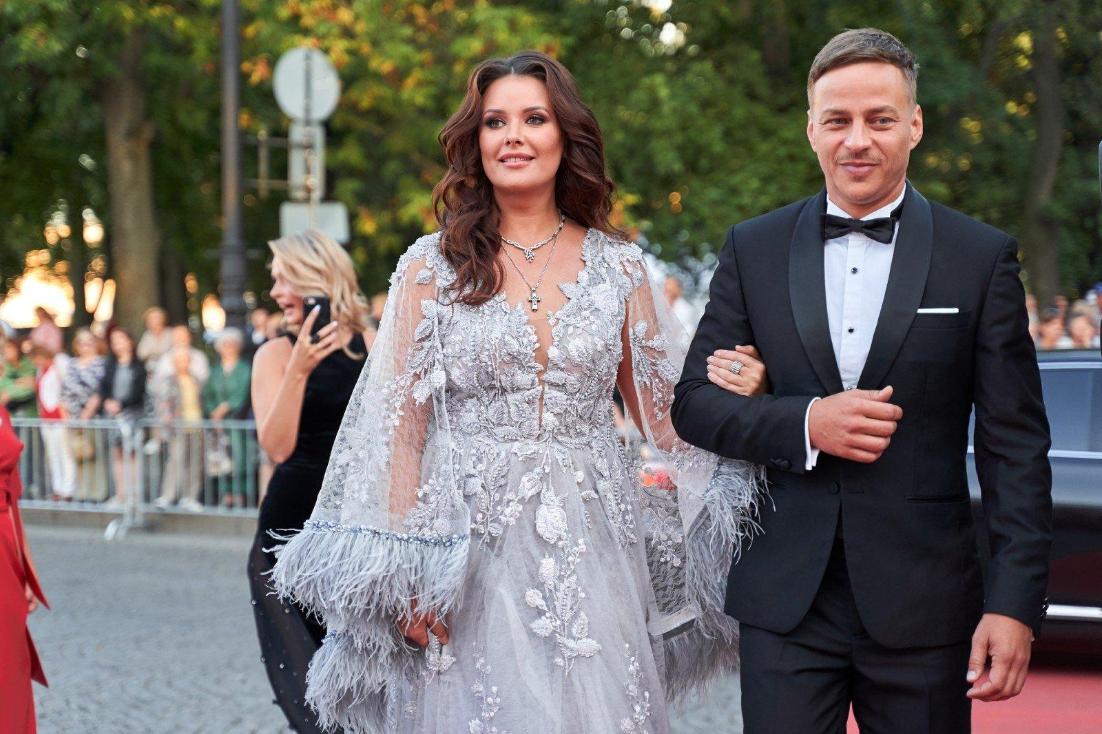 Оксана Федорова в роскошном платье с пышной бахромой стала ведущей первого Дрезденского оперного бала