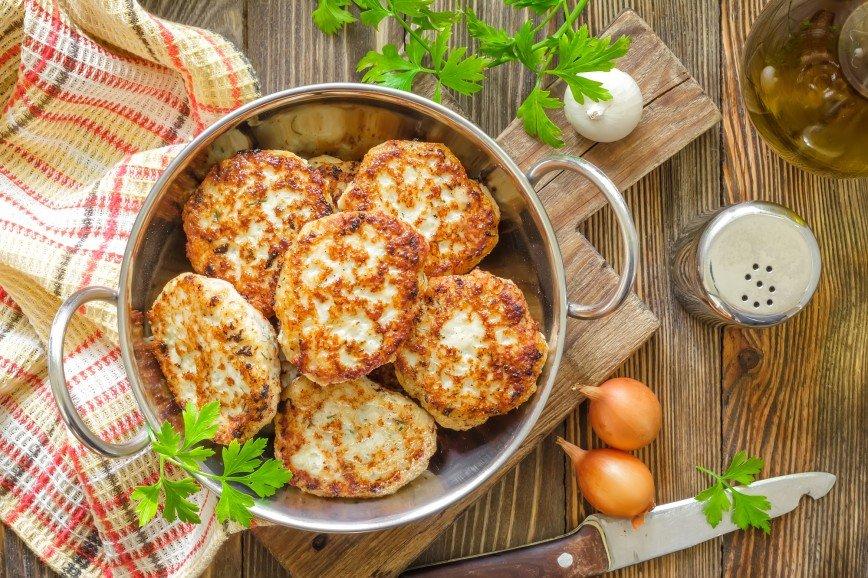 К ужину: готовим сочные и нежные куриные котлетки