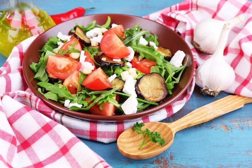 Просто нереальный: почему вам необходимо приготовить салат с хрустящими баклажанами