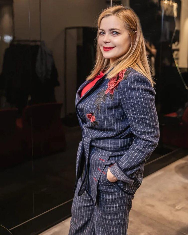 Русалка на берегу: Ирина Пегова продемонстрировала фигуру в красивом купальнике