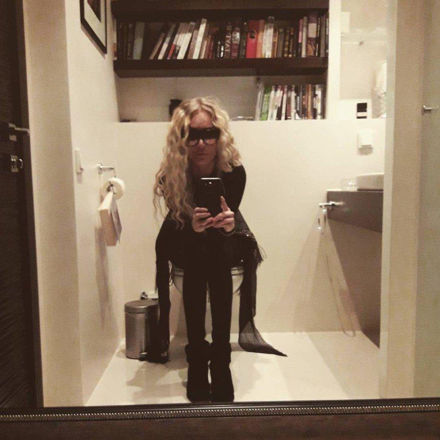 Маша Малиновская читает в туалете