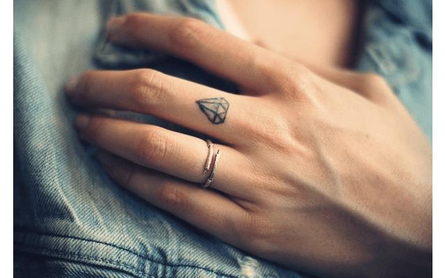 фото девушки тату на руке
