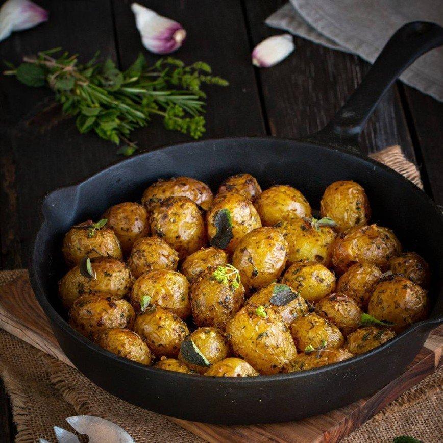 Молодой картофель с чесноком и пряными травами