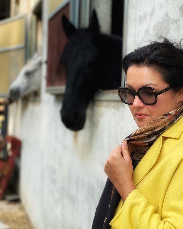 Какой ансамбль! Анна Нетребко восхитила новым нарядом и необъятной сумкой