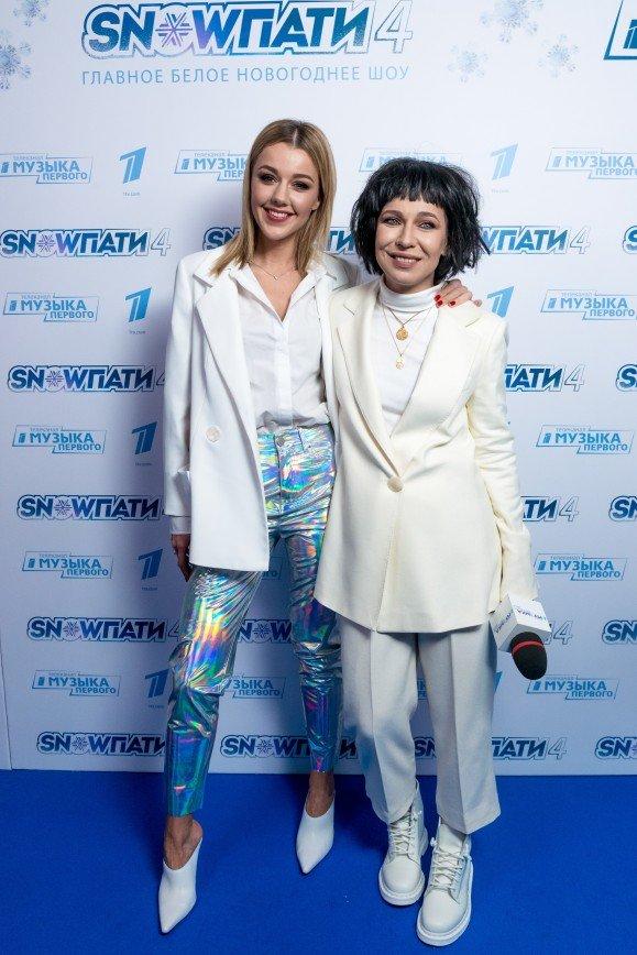 Все в белом: знаменитости пришли на шоу «SnowПати 4» в нарядах снежного цвета