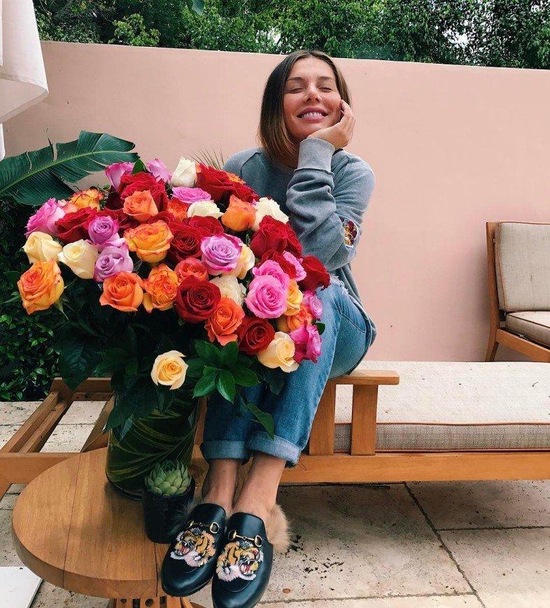 """Прелести Седоковой выпадают из бюстгальтера: Певица Анна Седокова опубликовала на своей странице в сети Инстаграм фото с большим букетом разноцветных роз, подписав его: [i]""""Наш Папа"""
