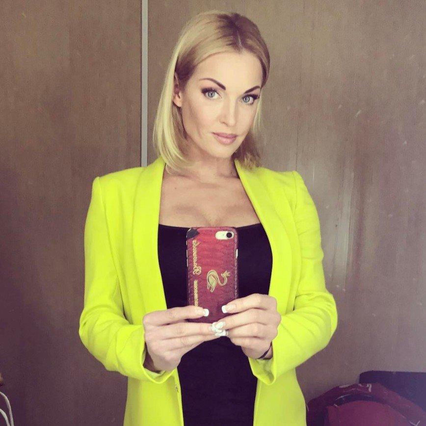 Волочкова сменила имидж: А несколько часов назад на странице звезды появилась фотография в ярко-желтом пиджаке с распущенными волосами, видимо, истинной длины.