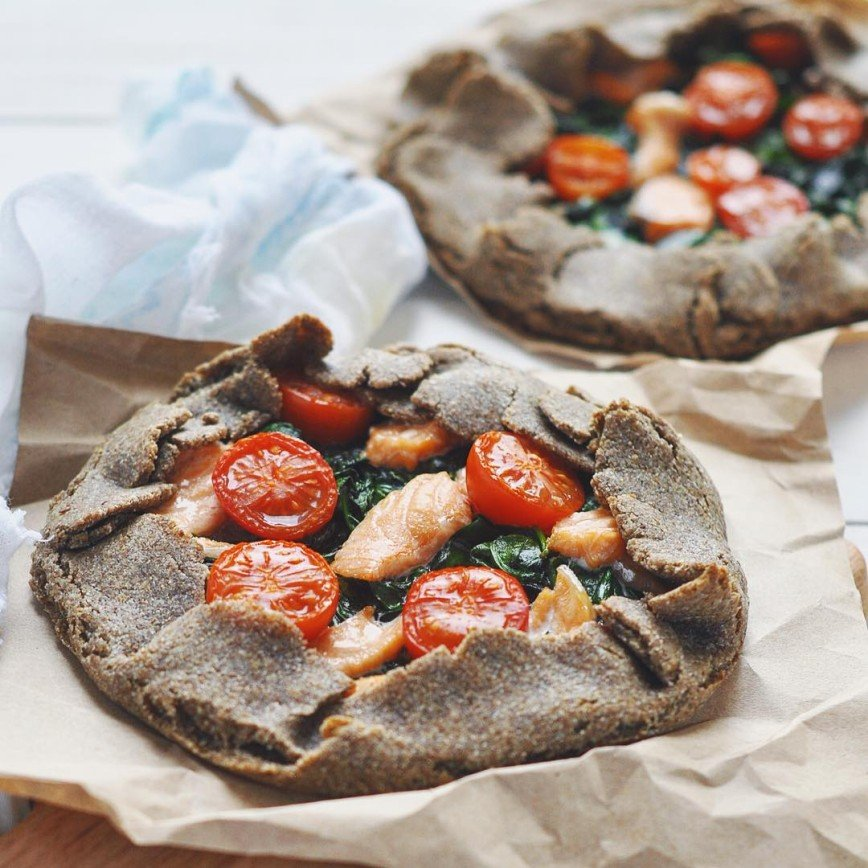 Ржаная галета с лососем, шпинатом и черри