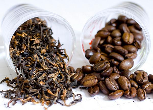 Чай в пакетиках и россыпью. Кофе в зернах, молотый и растворимый. В офисе уходит все.
