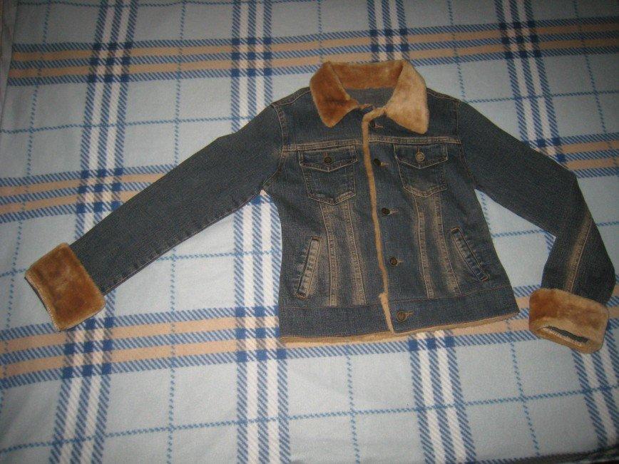 Джинсовый пиджак, отороченный искусственным мехом. На 42р. Длина по спинке 48см, ПОГ 42см, рукав от втачного шва сверху 56см, снизу 45см. 600р.