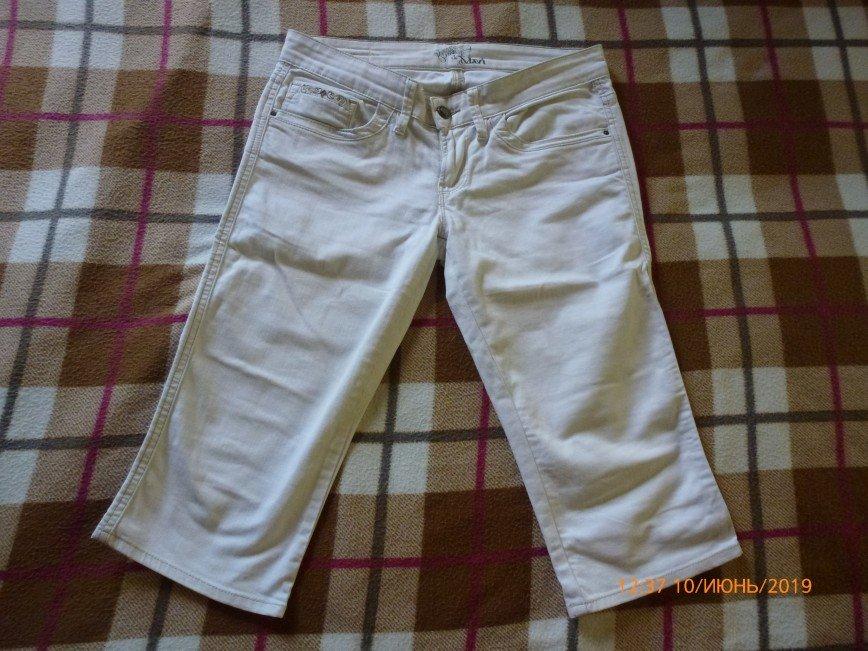 Капри белые, плотная ткань. Длина 65см, шаговый 44см, полулхват бедер 46см 500р