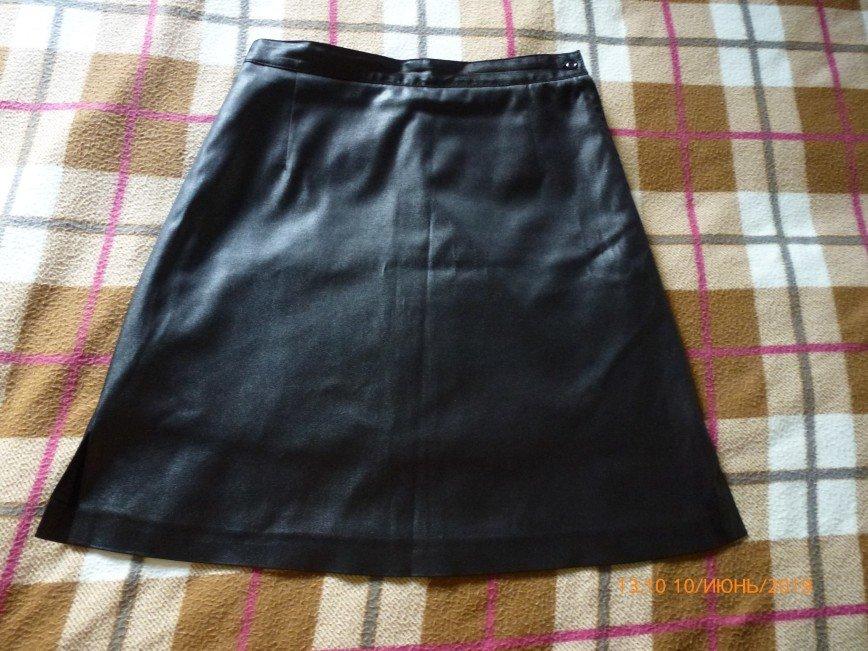 Юбка черная А-силуэт, маркировка S.  ткань немного блестит, на подкладке, сбоку молния и пуговица, по бокам внизу разрезы 9см. 70% хлопок, 30% полиэстер Длина 51см, полуохват талии 35см 300р