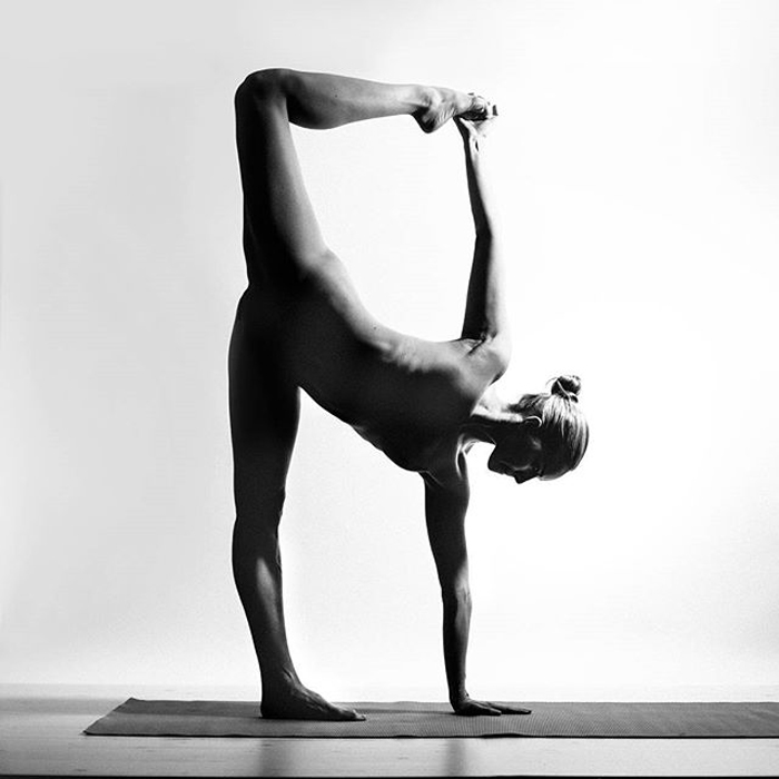 pro-seks-golaya-yoga-cherno-belie-foto-telki-atakuyut