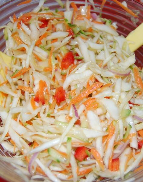 Салат из свежей капусты болгарского перца и помидора