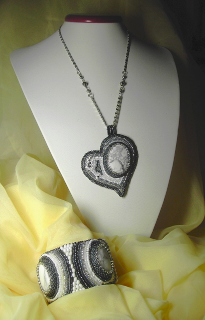 Решила освоить вышивку бисерных украшений. Вот такой получился комплект- вышитый браслет и кулон. Бисер 6 цветов, кабошоны магнезита, бусины, в браслете жесткая металлическая основа, подкладка -иск.кожа