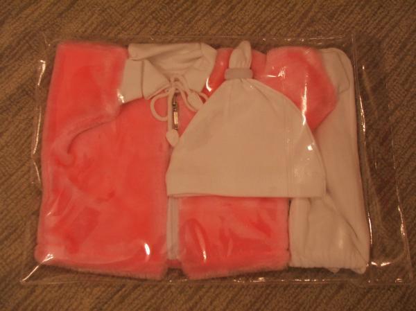Другой вариант расцветки в упаковке. Светло-розовый. Оттенок такой, возм, чуть бледнее цвет.
