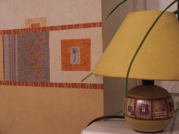 Лампа расписана подручными средствами (лаками для ногтей :)) по мотивам элементов бордюра.