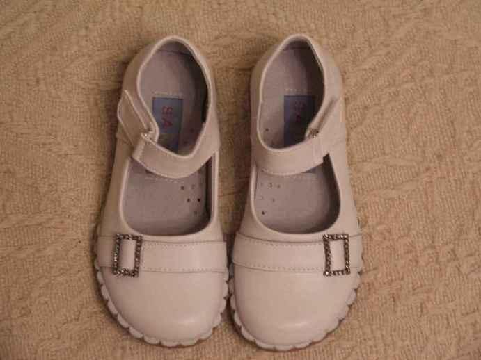 18 см по стельке одеты 1 раз дома по ковру. Состояние идеальное. Нога выросла резко - осталось много обуви этого размера новой и в хорошем состоянии. Верх комбинированный: перед кожа, задник больше похож на кожзам. Удобные, легкие, ладные. Внутри вроде бы кожа. Фирма не опознана, куплены в сетевом магазине детских товаров, уже не помню в каком :)