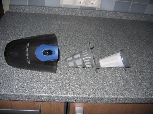 Фильтр двойной, складывающийся - справа нетканный материал, следющий типа тонкого пластика, он задерживает пыль и мусор, т.е. весь мусор скапливается между этими двумя элементами, моется все легко