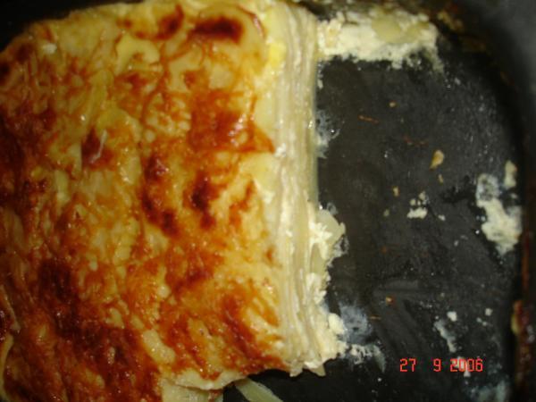 Он же в разрезе. Очищенный картофель нарезаем кругляшками толщиной 1 мм. Сыр натераем на терке(Эдам или Гауда). Картофель солим, перчим. Выкладываем по очереди - слой картофеля, слой сыра и т.д. Сливки 33% жирности перемешиваем с солью и чесноком давленым. Заливаем этой смесью картофель с сыром.  Сверху посыпаем сыром.В духовкУ предварительно нагретую до  180 градусов на 45 минут.