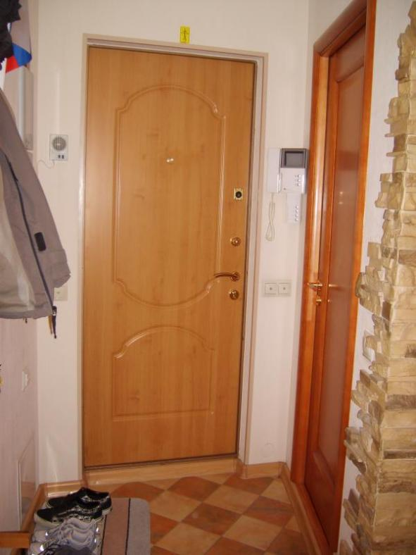коридор,прямо-входная дверь,справа-вход в санузел(не нравится что они рядом,но по-другому никак((()