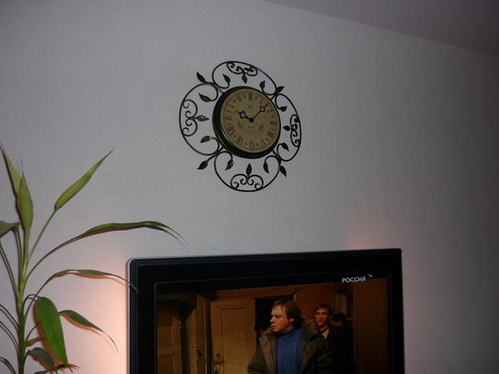 часы в спальне