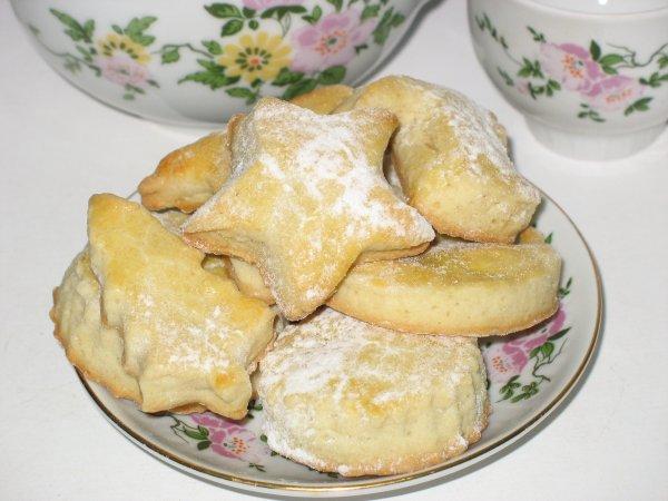 [b]***Домашнее печенье***[br][br][i]Для теста:[/i][/b] 2ст.муки, 230гр сливочного масла(маргарина), 1ст.сахара, 1 яйцо, 1/2 лимона, пищевая сода на кончике ножа(разрыхлитель), соль по вкусу.[br][b][i]Для шоколадной глазури:[/i][/b]1ст.сахарной пудры, 2ст.л.како-порошка, 3ст.л.горячей воды (кипяченой ест-но), 2ст.л.сливочного масла.[br]Я глазурь не делала так как гости были уже за столом и поэтому было некогда возиться. Просто посыпала сахарной пудрой.[br][br]Масло смешать с мукой, добавить сахар, соль, соду, цедру половины лимона и яйцо. Приготовить песочное тесто. Раскатать тесто ровным слоем толщиной 5-7мм и с помощью выемки (или формочек) вырезать из него заготовки. Выпекать 12-15 мин при температуре 190-220*, охладить.[br][b][i]Приготовление шоколадной глазури:[/i][/b]смешать в миске какао-порошок и сахарную пудру, просеянные через ситечко, добавить горячую воду и растопленное сливочное масло, все тщательно перемешать до получения однородной блестящей массы.[br]На поверхность охлажденного печенья нанести очень тонкий слой густого яблочного или сливового джема, после чего заглазировать шоколадной глазурью, украсить поверхность четвертинками ядра грецкого ореха.[br][br]К моему сожалению этого я не сделала, но в следующий раз обязательно все печенюшки промажу. Да и вообще-то не так был важен результат как было приятно все это делать с моими  помошниками-сыновьями(см ниже).