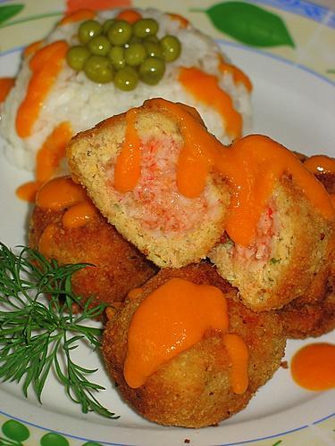 [b]***Рыбные колобочки с крабовой начинкой***[/b][br][br]Для фарша:[br]    филе кеты 400 гр.[br]1 яйцо[br]1 луковица[br]куркума 1/3 ч.л.[br]приправа для рыбы[br]небольшой кусок белого хлеба[br]зелень[br]1 ч.л.горчицы[br]соль[br]панировочные сухари[br][br]Начинка:[br]крабовое мясо 200 гр.[br]сыр 20 гр.[br]чеснок 1 зубчик[br]порошок сухого томата 1/2 ч.л.[br]растительное масло для жарки[br][br]Подливка:[br]1 морковь[br]    1 луковица[br]томат паста 2 ст.л. с водой[br]1 долька чеснока[br]мука 1 ст.л.[br]соль.[br][br]Приготовить фарш для колобков. Прокрутить в мясорубке филе с луковицей,зеленью и хлебом (хлеб предварительно вымочить и отжать лишнюю воду). Добавить горчицу, куркуму, приправу. Белок отделить от желтка. Желток сразу добавить в фарш. Белок взбить в пену и в два приема аккуратно ввести в фарш.[br]Приготовить начинку. Крабовое мясо пропустить через мясорубку, смешать с натертым на мелкой терке чесноком и на средней терке сыром. Добавить сухой томат и посолить по вкусу. Скатать из фарша шарики размером с грецкий орех. У меня получилось 18 штук. Фарш из кеты разделить на шарики по количеству крабовых. Затем сделать лепешечку, положить крабовый шарик и обернуть со всех сторон. Каждый колобок обвалять в панировочных сухарях. Колобки жарить на раскаленном масле до золотистой  корочки.[br] Приготовить подливку.Лук порезать полукольцами. Морковь натереть на крупной терке. Обжарить на растительном масле,добавляя чеснок и томат пасту. Соль добавить по вкусу. Потушить. Муку развести водой и влить тонкой струйкой непрерывно помешивая. Остудить подливу. Можно использовать так подливу, а можно сделать в виде пюре при помощи блендера.   Колобки можно подавать с любым гарниром.