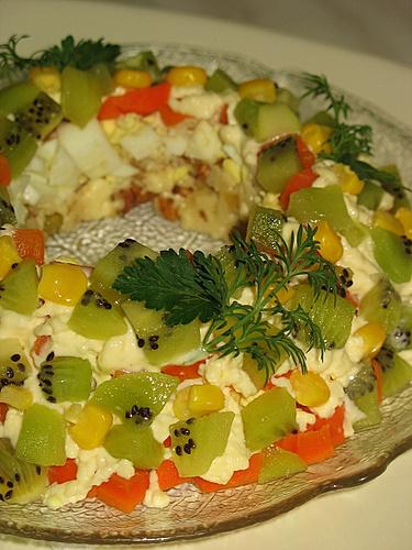 """[b]***Салат """"Малахитовый браслет***[/b][br][br]киви - 3 шт. или крыжовник зеленый - 500 г[br]сыр твердый - 200 г[br]изюм без косточек - 80 г[br]    орехи грецкие рубленые - 80 г[br]яйцо вареное - 2 шт.[br]морковь вареная - 1 шт.[br]чеснок - 2 зубчика[br]кукуруза сладкая 0,5 банки[br]майонез - 150 г[br] соль по вкусу[br][br]Очищенные от кожицы киви или крыжовник нарежьте мелкими кубиками. Изюм распарьте, затем промойте и обсушите.Яйца мелко порубите.Морковь нарежьте мелкими кубиками.Сыр натрите на мелкой терке. Чеснок пропустите через пресс.Сыр смешайте с изюмом, орехами, чесноком и половиной нормы майонеза. Если нужна соль, посолите.Массу выложите в салатник кольцом, используйте стакан. Посыпьте яйцами, морковью, полейте оставшимся майонезом, посыпьте киви или крыжовником. Оформите сладкой кукурузой и зеленью.Девочки, это что-то! Смотрите не переборщите чеснока!"""