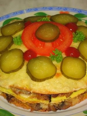 [b]***Омлетный торт с грибами***[/b][br][br][i]Для омлета:[/i][br] 6 яиц[br]2 зубца чеснока[br]соль[br]оливковое масло[br] [br][i]Для начинки:[/i][br]200гр шампиньонов[br]1 головка лука[br]1 зубчик чеснока[br]2 ст.л.майонеза (я использовала сливки 33%)[br]сыр твердых сортов 20-30гр[br]сливочное масло [br][br][i]Для украшения:[/i][br]маринованный огурец[br]помидор[br]зелень[br]кетчуп[br][br]Из 6 яиц жарим три омлета. При чем каждый жарится из 2 яиц с добавлением соли и 1/3 части тертого чеснока. Пока омлеты остывают мы делаем начинку. Шампиньоны очистить от верхнего слоя, порезать на мелкие кусочки и обжарить на оливковом масле с добавлением мелкопорезанного лука, чеснока, соли и сливок. Хорошо потушить и дать остыть. Сыр натереть на средней терке. Тепер собираем наш торт. Первый омлет кладем на жаропрочную форму, сверху грибную начинку и посыпаем немного сыром. Второй слой такой же. А на третий кладем только сыр и несколько пластинок сливочного масла. Помещаем наш торт в хорошо разогретую духовку на несколько минут для того, чтобы сыр слегка подрумянился. Готовый, слегка остывший, торт украшаем кружочками маринованного огурца, помидором, кетчупом и зеленью. Торт получился очень вкусный и пикантный!