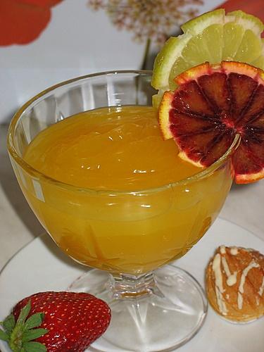 [b]***Цитрусовый конфитюр*** c Евы[/b][br][br]апельсин 1 шт.[br]лимон 1 шт.[br]на 120 мл сока 1 стакан сахара[br]120 мл холодной воды[br]3 ст.л. крахмала[br][br]Лимон и апельсин почистить от кожуры и разломать на дольки. Выдавить сок через соковыжималку. На 120 мл сока нужно взять 1 стакан сахара. Сок вылить в кастрюльку, добавить сахара и поставить на огонь, непрерывно помешивая,чтобы сахар не подгорел и быстро растворился. До кипения не доводить.  В 120 мл холодной воды развести  крахмал. Размешать, чтобы не было комочков. Заварить крахмалом сироп. Конфетюр получается божественно ароматным и сладким.