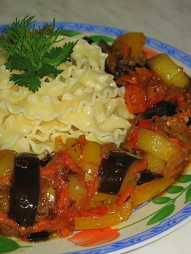 [b]***Макароны с овощным соусом***[/b][br][br]макароны «Макфа» - 200 г[br]баклажаны - 1 шт.[br]лук репчатый - 1 головка[br]чеснок - 2 зубчика[br]масло растительное - 2 ст. ложки[br]помидоры - 1 шт.[br]морковь - 1 шт.[br]цукини - 1 шт.[br]желтый болгарский перец - 1 шт.[br]базилик - 5 г[br]сыр тертый - 2 ст. ложки (можно и без него)[br]перец душистый, соль по вкусу[br]Макароны отварите в подсоленной воде, откиньте на дуршлаг.Баклажан очистите и нарежьте кружочками. Посыпьте солью и дайте постоять 10 минут.Лук и чеснок нарежьте кубиками и обжарьте на масле.Кружочки баклажана обсушите, разрежьте на четвертинки, добавьте к луку и слегка обжарьте. Так же порезать и добавить цукини.Порезать  кубиками болгарский перец и помидор. Перец добавить к овощам и протушить 10 минут.Натереть морковь на крупной терке. Соединить с овощами, продолжая тушить.Старайтесь овощи не пережаривать.Теперь мы добавляем помидор, горошек душистый и базилик. Солим по вкусу.Макароны вместе с соусом разложите по тарелкам. Сверху можно посыпать сыром. Я не использовала. Пост! Наш ужин готов!